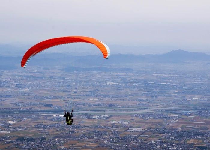 池田山で飛ぶパラグライダー